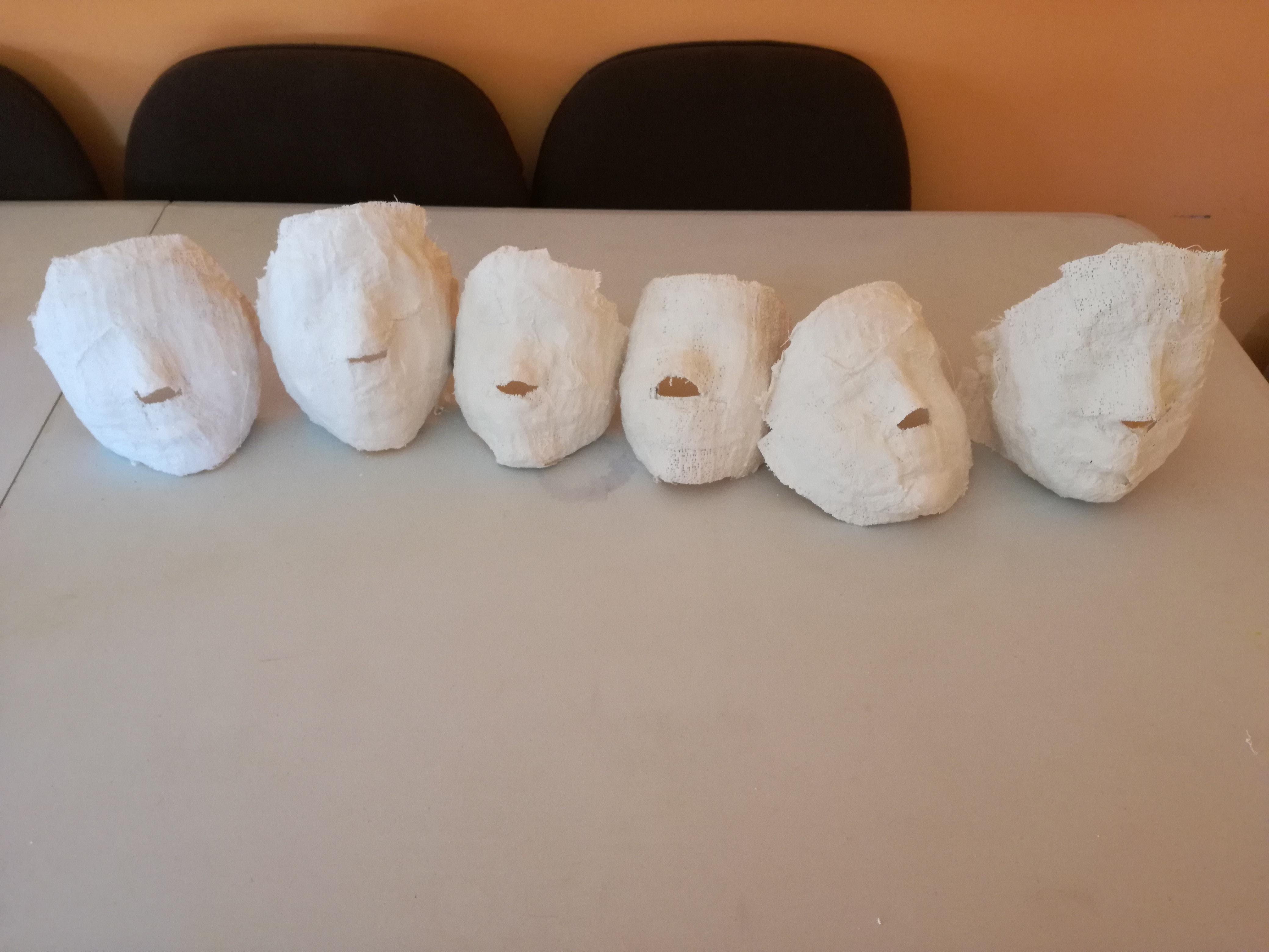 Taller de máscaras de escayola para los muñecos de San Roque verano 2017